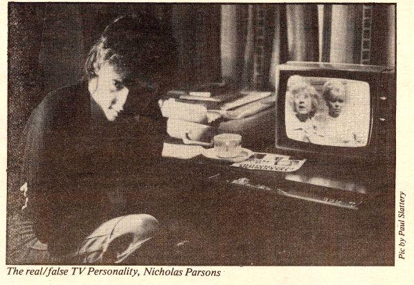 Dan Treacy mirando Coronation Street en la tele